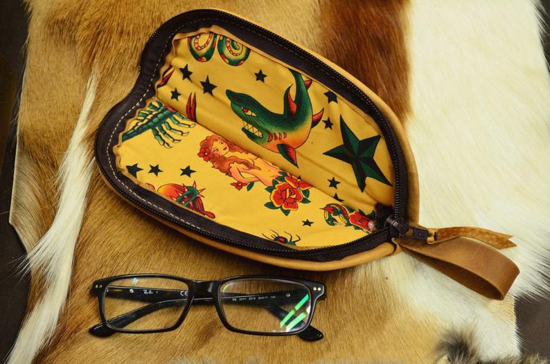 funda de piel hecha a mano gafas detalle