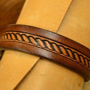 pulsera de cuero marrón detalle
