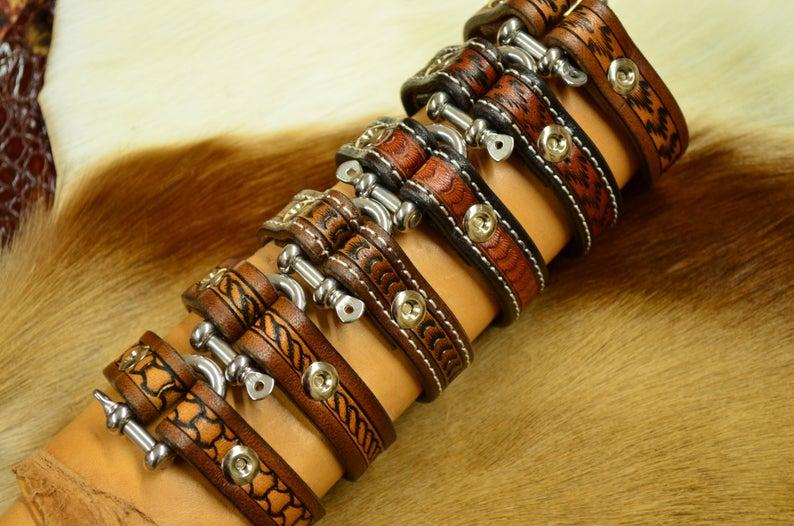 pulsera de cuero marrón patrón escamas