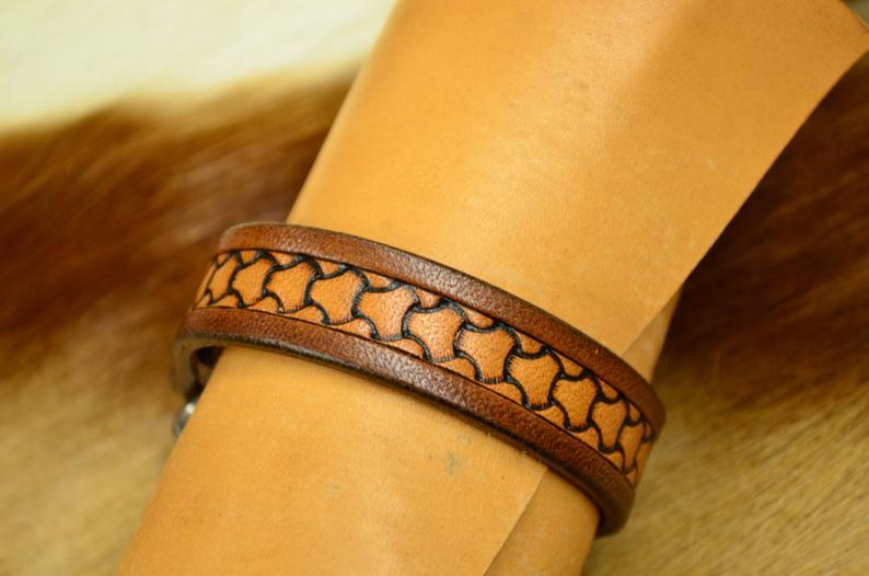 pulsera de cuero patrón escamas