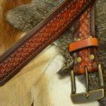 Cinturón de cuero decorado con patrón de escama