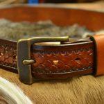 Cinturón decorado con patrón de escama