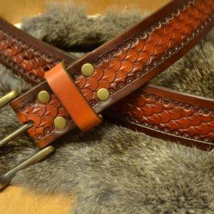 Cinturón decorado con patrón de escama grande