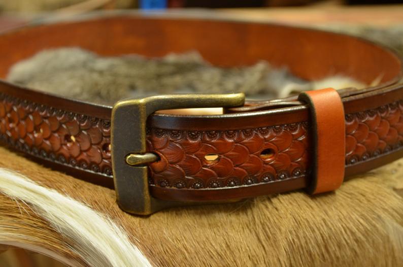 Cinturón de cuero decorado con patrón de escama grande