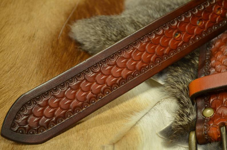 Cinturón decorado con patrón de escama grande detalle