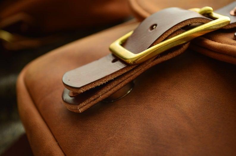 bolso de cuero hombre marrón detalle cierre