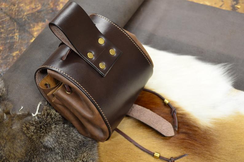 bolso de cadera cuero marrón dorso
