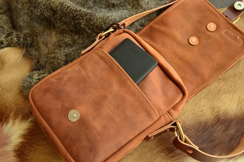 bolso de cuero hombre marrón abierto