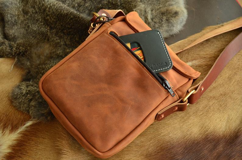 bolso de cuero hombre marrón detalle