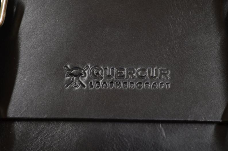 bolso mensajero cuero hombre detalle logo