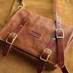 bolso mensajero de cuero marrón