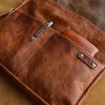 bolso mensajero de cuero marrón detalle