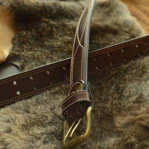 cinturón cuero con cosido español marron oscuro detalle