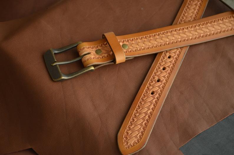 cinturón hecho a mano en cuero decorado patrón de cesta hebilla
