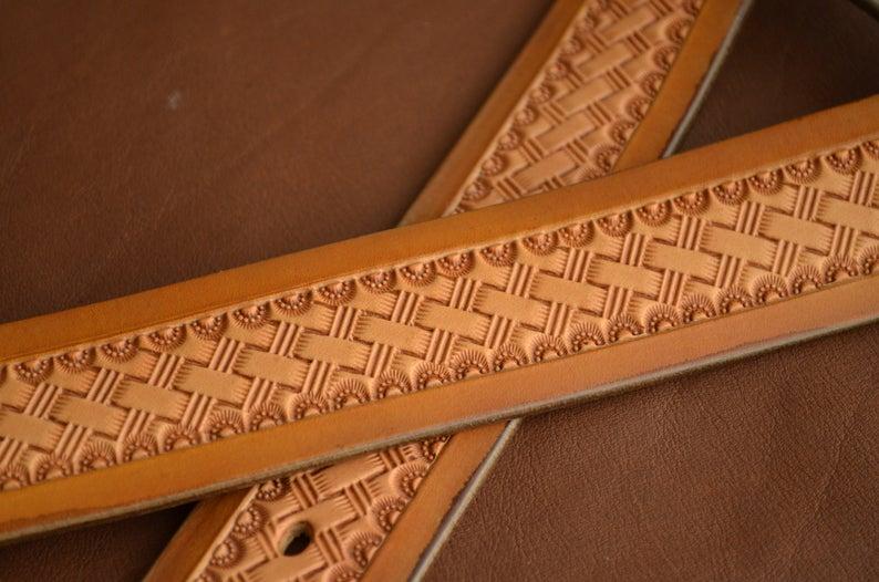 cinturón cuero decorado patrón de cesta detalle