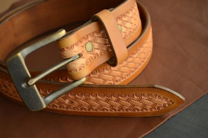cinturón cuero decorado patrón de cesta