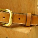 cinturón decorado con hebilla de latón macizo detalle