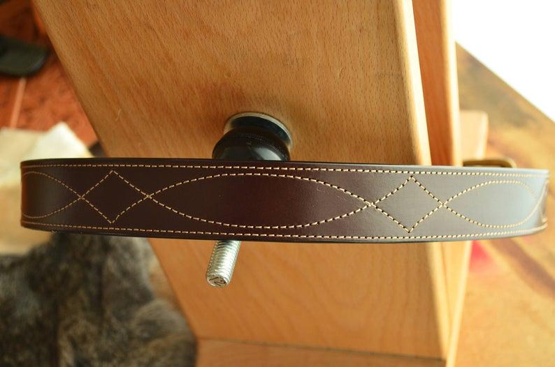 cinturón de cuero con cosido español marrón oscuro