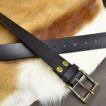 cinturón piel negro detalle