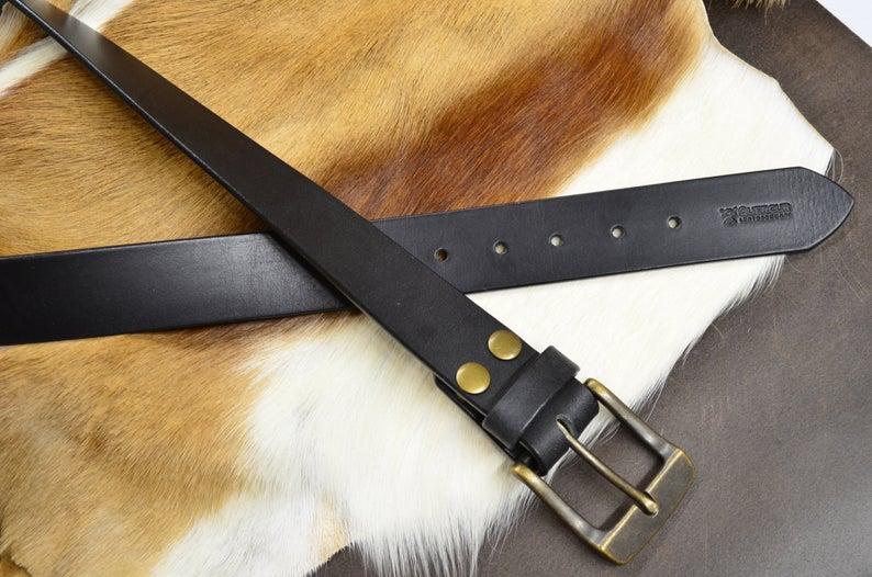 cinturón de piel hecho a mano negro detalle