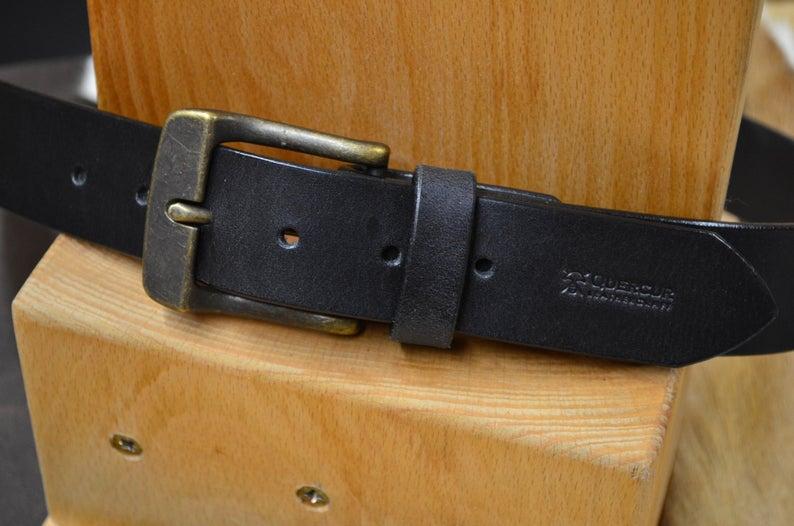 cinturón de piel negro detalle