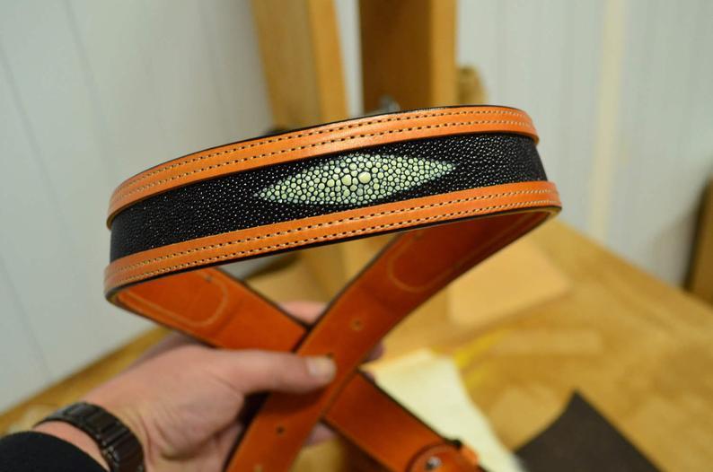 cinturón de cuero con piel de raya
