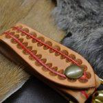 cuelgallaves de piel hecho a mano detalle