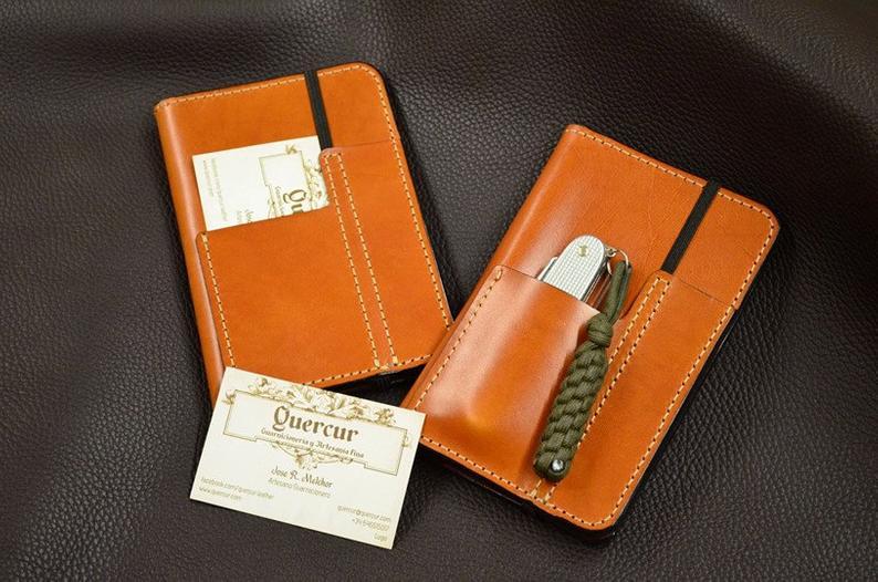 funda hecha a mano en cuero para pasaporte fieldnotes
