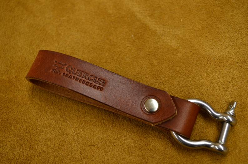 llavero náutico hecho a mano en cuero marrón oscuro