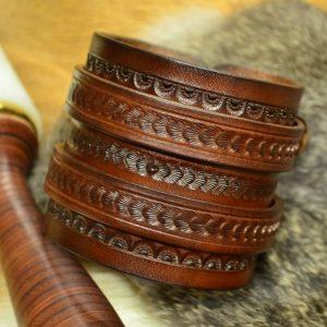 muñequera de cuero grabada marrón
