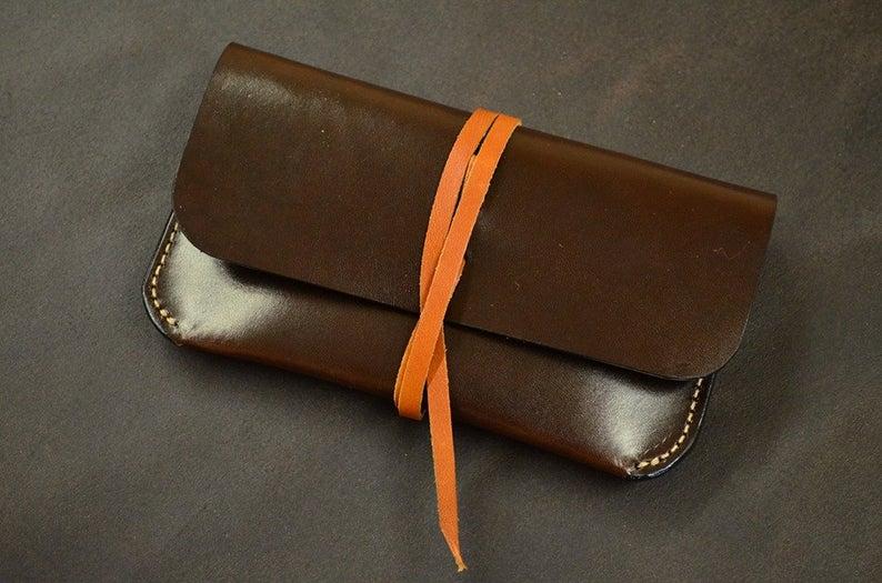 pitillera de cuero para tabaco de liar hecha en cuero marrón
