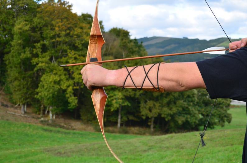 usar protector brazo tiro con arco marrón