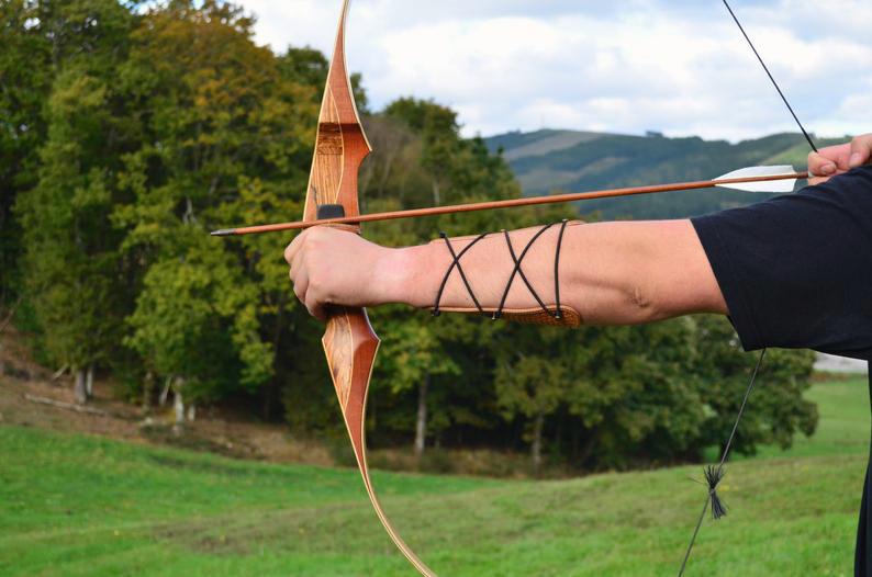 protector brazo tiro con arco cuero marrón detalle