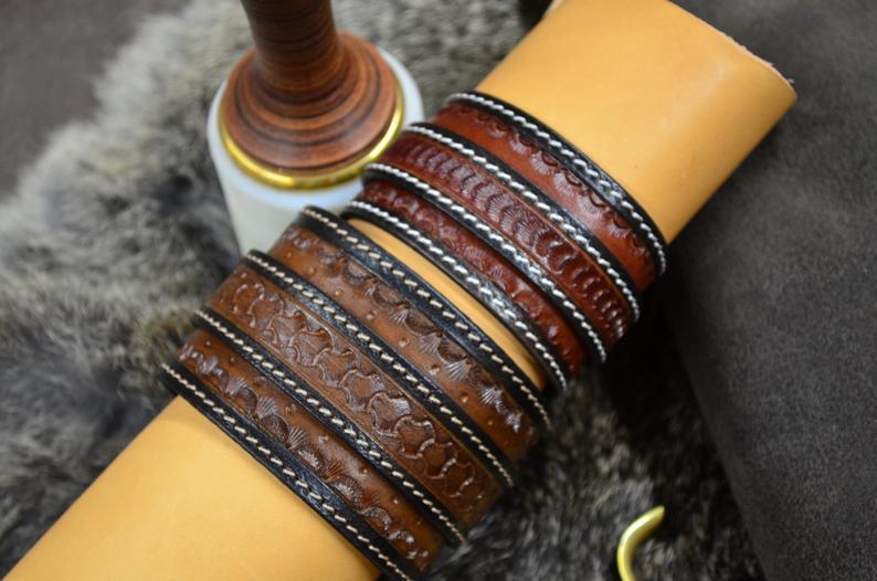 pulsera/muñequera cuero grabado marrón tabaco